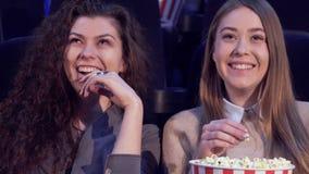 Впечатления доли девушек на кинотеатре стоковое фото