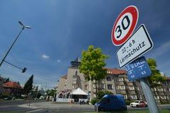 Впечатления улиц от Берлина Spandau, пересекая Falkenseer Chaussee с Zeppelinstrasse, Германией Стоковые Изображения