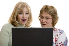 впечатленный компьютер смотрящ женщин экрана стоковая фотография