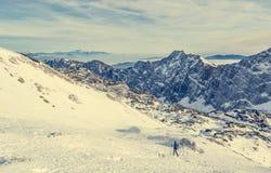 Впечатляющая панорама горы зимы с пиками покрытыми с предыдущим снегом стоковые фотографии rf