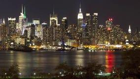 Впечатляющая панорама промежутка времени 4k illumintaion света ночи в современном огромном портовом районе Нью-Йорка Манхаттана г сток-видео