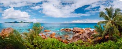 Впечатляющая панорама cloudscape берега Digue Ла диких скалистых и острова Praslin на горизонте Сейшельские острова стоковые изображения