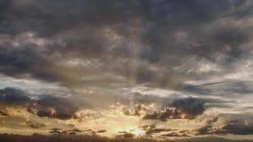 Впечатляющее небо с лучами солнца просачивается до конца облака во время восхода солнца Timelapse акции видеоматериалы
