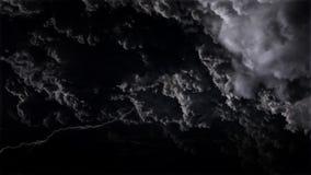впечатляющее небо 4K с грозами и молниями в облаках шторма ночи сток-видео