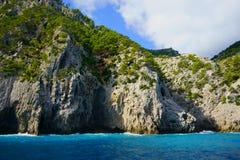 Впечатляющие горные породы около пляжа Coll Baix, Alcudia, северной береговой линии Мальорка, Майорка, Балеарских островов, Испан стоковое изображение rf