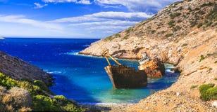 Впечатляющий вид старого кораблекрушения в острове Amorgos, Кикладах, Греции стоковое изображение