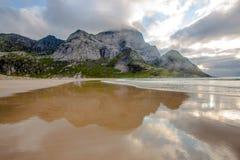 Впечатляющий пейзаж сиротливого пляжа на северном Lofoten isl Стоковые Изображения