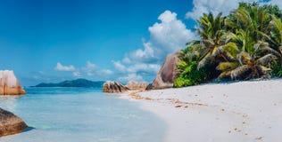 """Впечатляющий Anse пляж источника d """"Argent на Ла Digue острова в Сейшельских островах Концепция летних каникулов релаксации рая стоковые фото"""