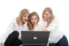 Впечатленные девушки с компьтер-книжкой Стоковое фото RF