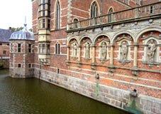 Впечатляющая bricked стена и шикарное украшение с скульптурами на Frederiksborg рокируют, Hillerod стоковая фотография