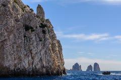 Впечатляющие утесы на острове Капри Очень живописное, luxuriant стоковая фотография rf
