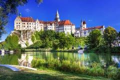 Впечатляющий замок и красивый парк в Sigmaringen, Германии стоковые изображения rf