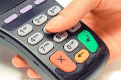 Впишите личный идентификационный номер на читателе кредитной карточки, концепцию финансов стоковая фотография rf