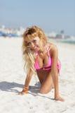 Вползать сексуального бикини модельный на песке стоковая фотография