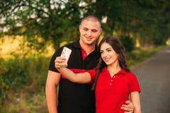 Вполне влюбленности стильные красивые молодые пары делают selfie в fairy лесе Стоковая Фотография