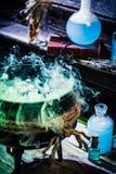 Вполне волшебного бака ведьмы смеси на хеллоуин Стоковое Изображение