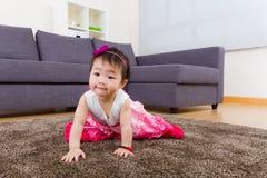 Вползать маленькой девочки Стоковые Фотографии RF