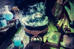 Вполне волшебного коттеджа witcher смеси с книгами на хеллоуин Стоковое фото RF