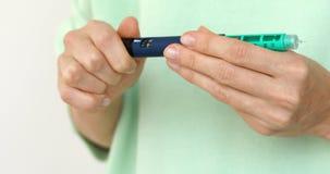 Впрыска дозы ручки инсулина поворота диабета правильная стоковая фотография