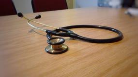 Врачует стетоскоп на деревянном столе офиса Стоковые Фото