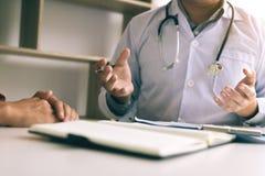 Врачуйте говорить к пациенту о менопаузе и обработке в будущем стоковое фото rf