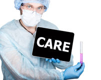 Врачуйте держать знак ПК таблетки с осторожностью на дисплее Изолировано на белизне Стоковые Изображения