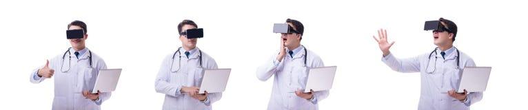Врачуйте носить шлемофон виртуальной реальности vr изолированный на белом ба стоковые фотографии rf