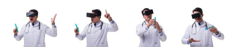 Врачуйте носить шлемофон виртуальной реальности vr изолированный на белом ба стоковое фото