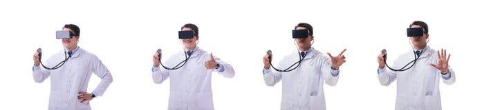 Врачуйте носить шлемофон виртуальной реальности vr изолированный на белом ба стоковая фотография rf