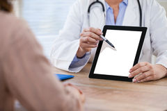Врачуйте обсуждать с пациентом над цифровой таблеткой на больнице Стоковые Изображения RF