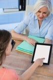 Врачуйте обсуждать с пациентом над цифровой таблеткой на больнице Стоковые Фото