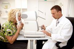 врачуйте рассматривая пациента Стоковые Изображения RF