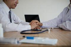 Врачуйте руку ` s держа поощрение пациента рук здравоохранение стоковые фотографии rf