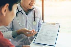 Врачуйте ручку удерживания руки и говорить к пациенту о лекарстве и обработке стоковые фотографии rf