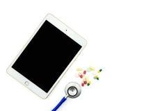 врачуйте стол с цифровой таблеткой с пустым экраном Стоковая Фотография RF