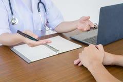 Врач доктора советуя с с мужскими пациентами в комнате экзамена больницы Концепция здоровья ` s людей стоковая фотография rf