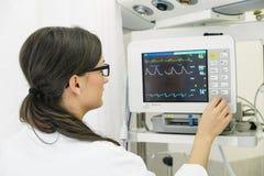 Врач делая испытание ECG в больнице Стоковое фото RF