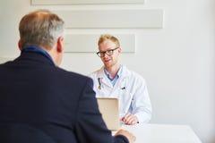 Врач-специалист в офисе с пациентом Стоковые Фото