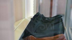 Вращанная полка с ботинками - современная мебель сток-видео