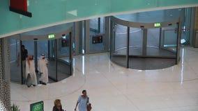 Вращающаяся дверь в моле Дубай видеоматериал