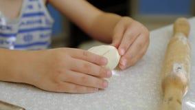 Вращающая ось детей для теста Ребенок замешивает тесто с его руками видеоматериал