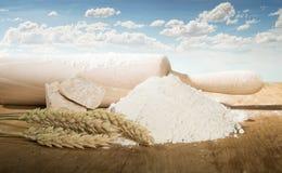 Вращающая ось, мука и уши пшеницы. Стоковое Фото