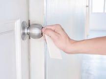 Вращающий момент руки пользуется ключом алюминиевая ручка двери Стоковые Изображения