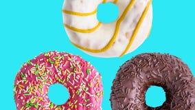 Вращая анимация donuts красочная на голубой предпосылке видеоматериал