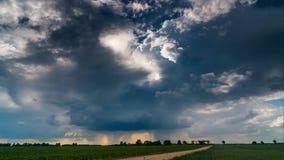 Вращая облако с облаком и дождем воронки двигая быстро, timelapse 4k видеоматериал
