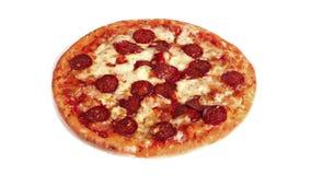 Вращая пицца Pepperoni на простой предпосылке сток-видео