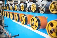 Вращая прорезиновые колеса машины замотки Стоковые Изображения RF