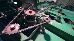 Вращая шестерни и цепи действуя механизма видеоматериал