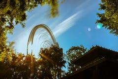 Вращая Ferris катит внутри парк стоковые изображения rf