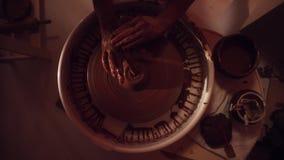 Вращая ` s гончара катит при руки получая влажно и работая на ем формируя кувшин видеоматериал